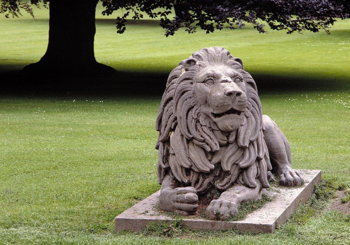 Aujourd'hui, c'est la Journée mondiale du #lion. Découvrez les lions du Domaine de Mariemont, qui faisaient partie intégrante de l'architecture de façade du château des Warocqué. Restaurées, ces 4 statues font maintenant face au jardin d'hiver.  #worldlionday #worldlionday2020 https://t.co/nJA4fvsgwQ