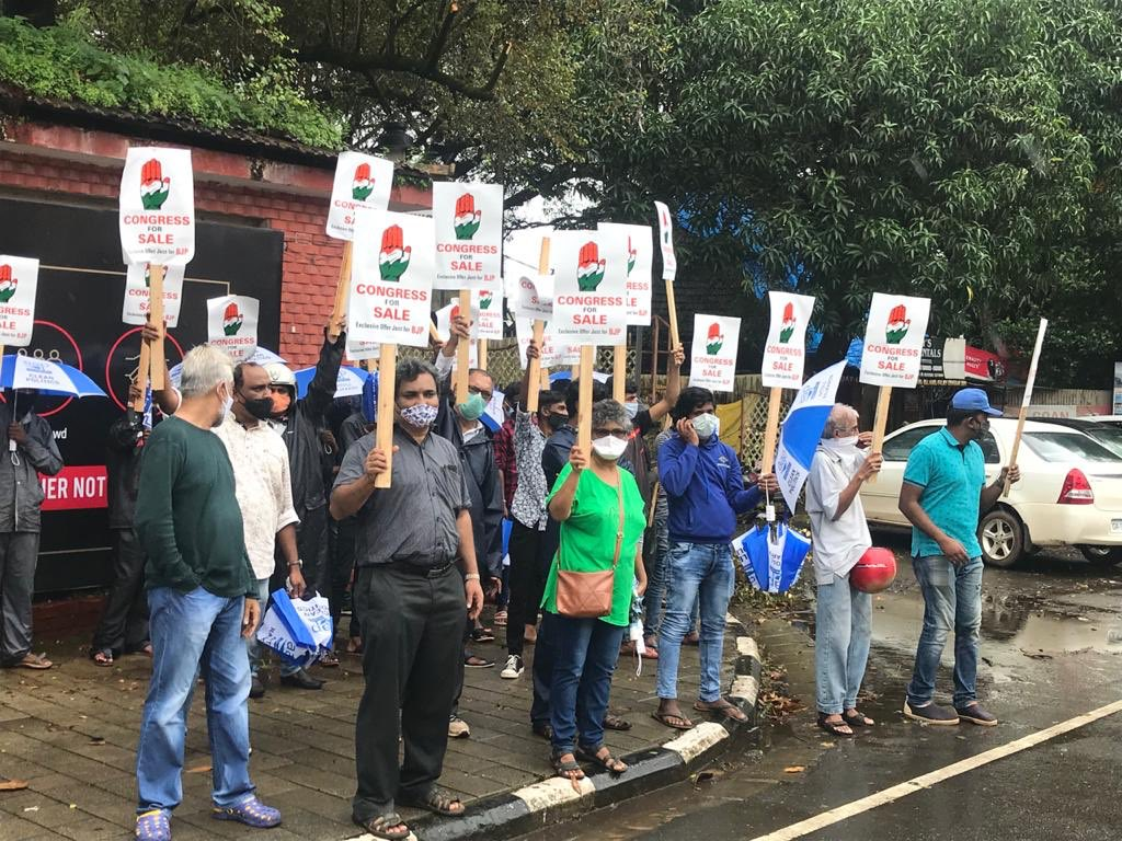 @AAPGoa registered silent protest against the unsaid unholy alliance of Congress and BJP. People joined in large numbers deapite harsh weather conditions to expose #CongressJanataParty