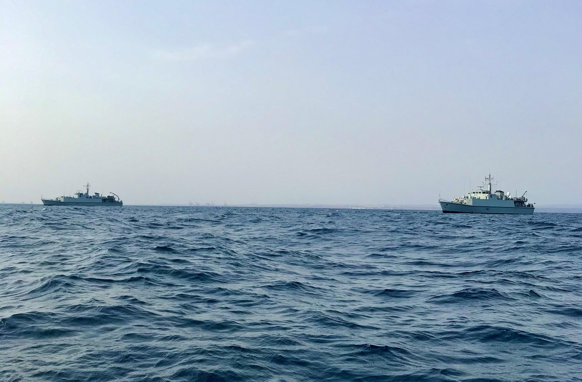 Sandowns in sync! HMS Blyth and @HMSPenzance conduct a boat transfer of stores and personnel off the coast of Djibouti. #MCM1 #ToMeToYou @comukmcmfor