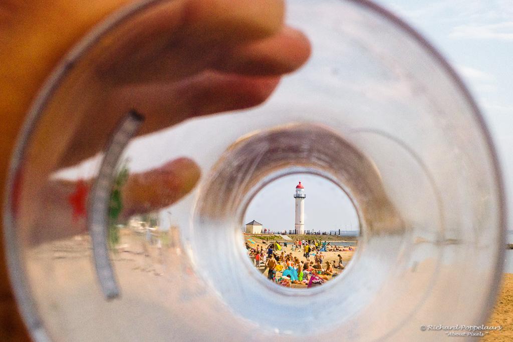 Echt vol #zomers weer maar wel met ruime stranden, verkoeling in en aan het water -en- nog vakantie ook: wat een vooruitzicht @opvoorputten.  Photo: @About_Pixels / #vuurtoren #strand #hittegolf #hellevoetsluis