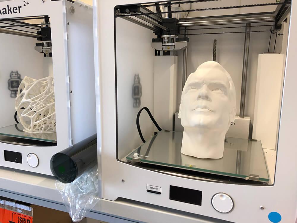 """Unser neuer #Kollege brauchte 72 Stunden, bis er aus dem #3D #Drucker kam😆Seine Aufgabe? Er zeigt im #Schülerforschungslabor <a class=\""""link-mention\"""" href=\""""http://twitter.com/flux_nrw\"""" target=\""""_blank\"""">@flux_nrw</a> welchen Einfluss die Richtung der #Beleuchtung auf den Ausdruck von #Objekten oder eben #Gesichtern hat! #3dprinter #3dprinted #lightning #licht <a href=\""""https://t.co/27nuC9dmhp\"""" class=\""""link-tweet\"""" target=\""""_blank\"""">https://t.co/27nuC9dmhp</a>"""