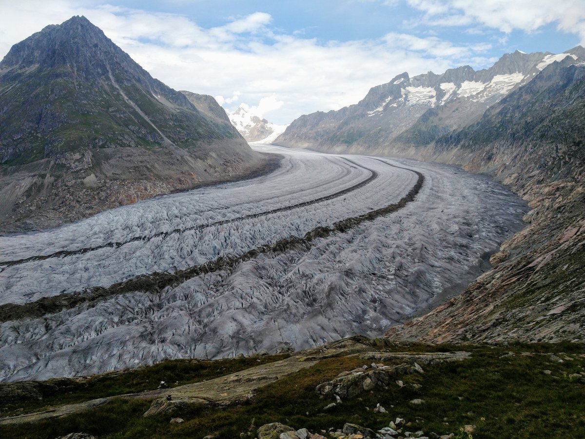 Today the #Aletsch #glacier. It is the largest and with ca. 28 km the longest glacier of the #Alps. Characteristic are the 2 black stripes. They are medial #moraines that form because 3 #ice fields run together.  The glacier receded about 1.5 km since 1980. #landforms #geology https://t.co/oN1h2pyOjF