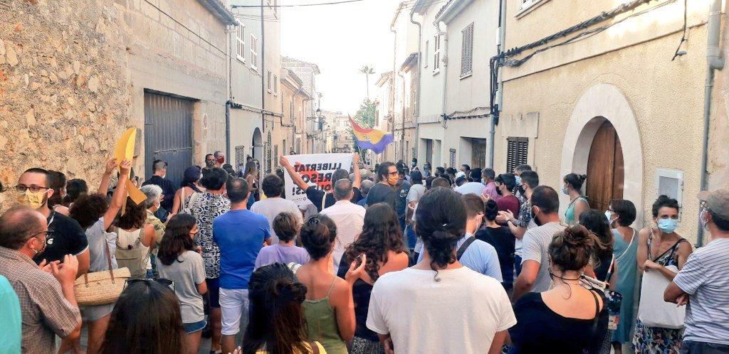 Aquest dilluns 10 dagost continuen les protestes del moviment republicà. Aquest cop a Mallorca, davant la visita del Rei. #República #BorbonesLadrones 📷 Foto de @mallorcalliure