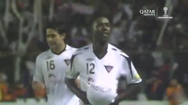 🙌 ¡Qué remate! Este golazo de Édison Méndez fue elegido por los hinchas como el más importante de @LDU_Oficial campeón de la #Sudamericana 2009.   🇪🇨 Fue en la final de ida, en la que los ecuatorianos vencieron 5-1 a #Fluminense.  #LaGranConquista @qatarairways https://t.co/E74ksAMIku