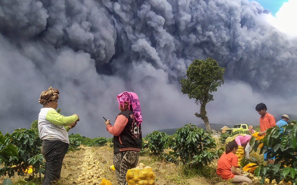 Volcán Sinabung en Indonesia hace erupción y emiten alerta de vuelo para evitar una catástrofe