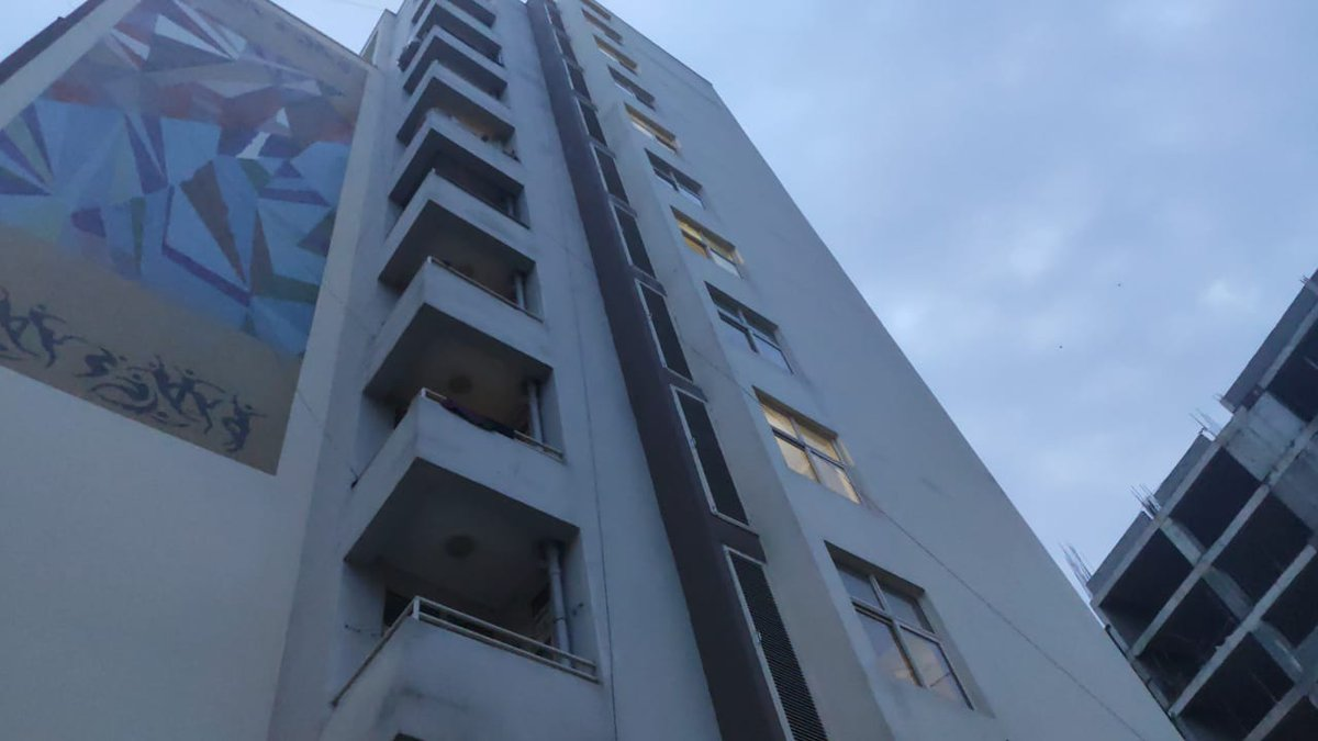 #Delhi| An MBBS student jumped off the 5th floor of an #AIIMS hostel and died by suicide. He is said to be a resident of Bengaluru. Investigation by Delhi police underway.