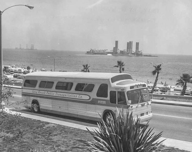Felt some transit eyecandy was essential for Monday morning: Here, we have an @lbtransit bus climbing up the Junipero incline near Bixby Park along the bluff in 1970. Behind it one of the THUMS oil islands that tourists & newbies always imagine as resort islands. https://t.co/pIFswA1H0N