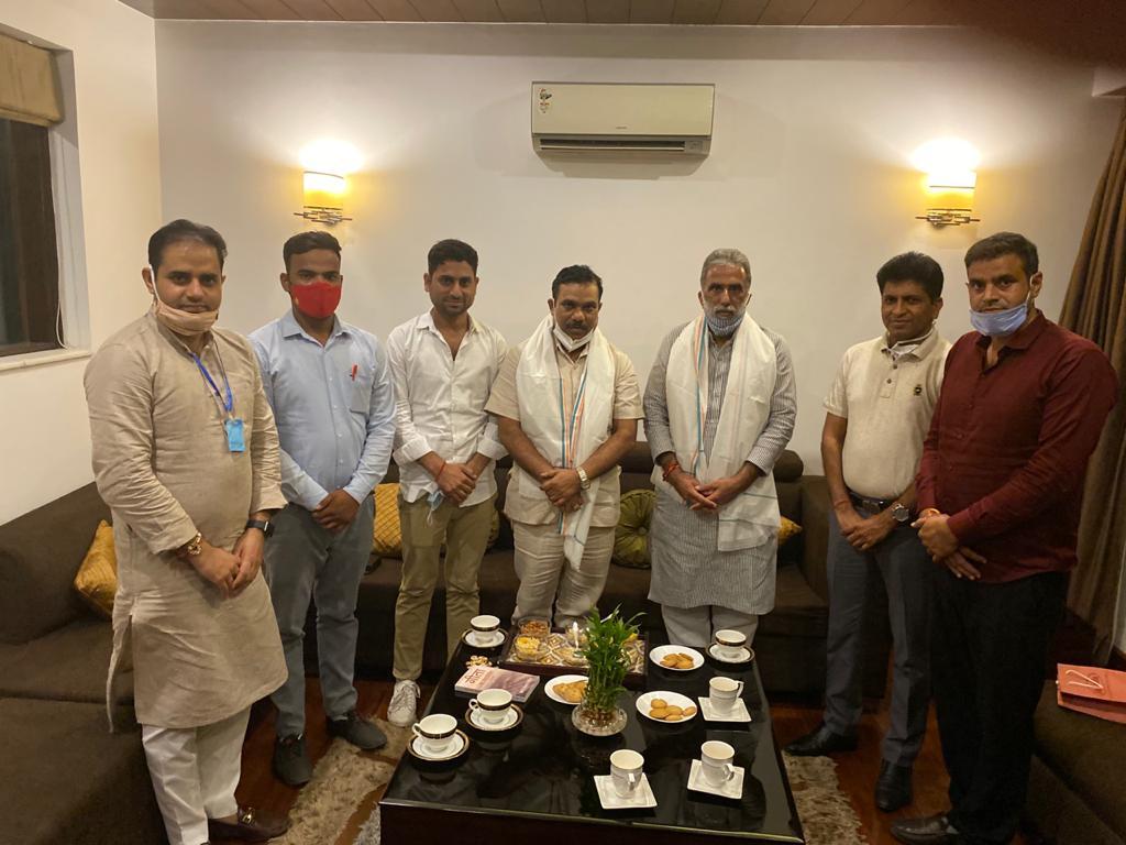 आज हरियाणा प्रदेश के सासंद एवं केंद्रमंत्री चौ़ कृष्णपाल गुर्जर जी से मिलने का सौभाग्य प्राप्त हुआ व भाई सतेंद्र नागर जी प्रदेश महामंत्री युवा मोर्चा उत्तर प्रदेश का भी आशीर्वाद प्राप्त हुआ साथ में आपका भाई विशेष बैसोया और नीरज चौधरी  🙏🏻 #satendernagar #krishanpalgujjar  #gurjar https://t.co/xGh5HtO8Wh