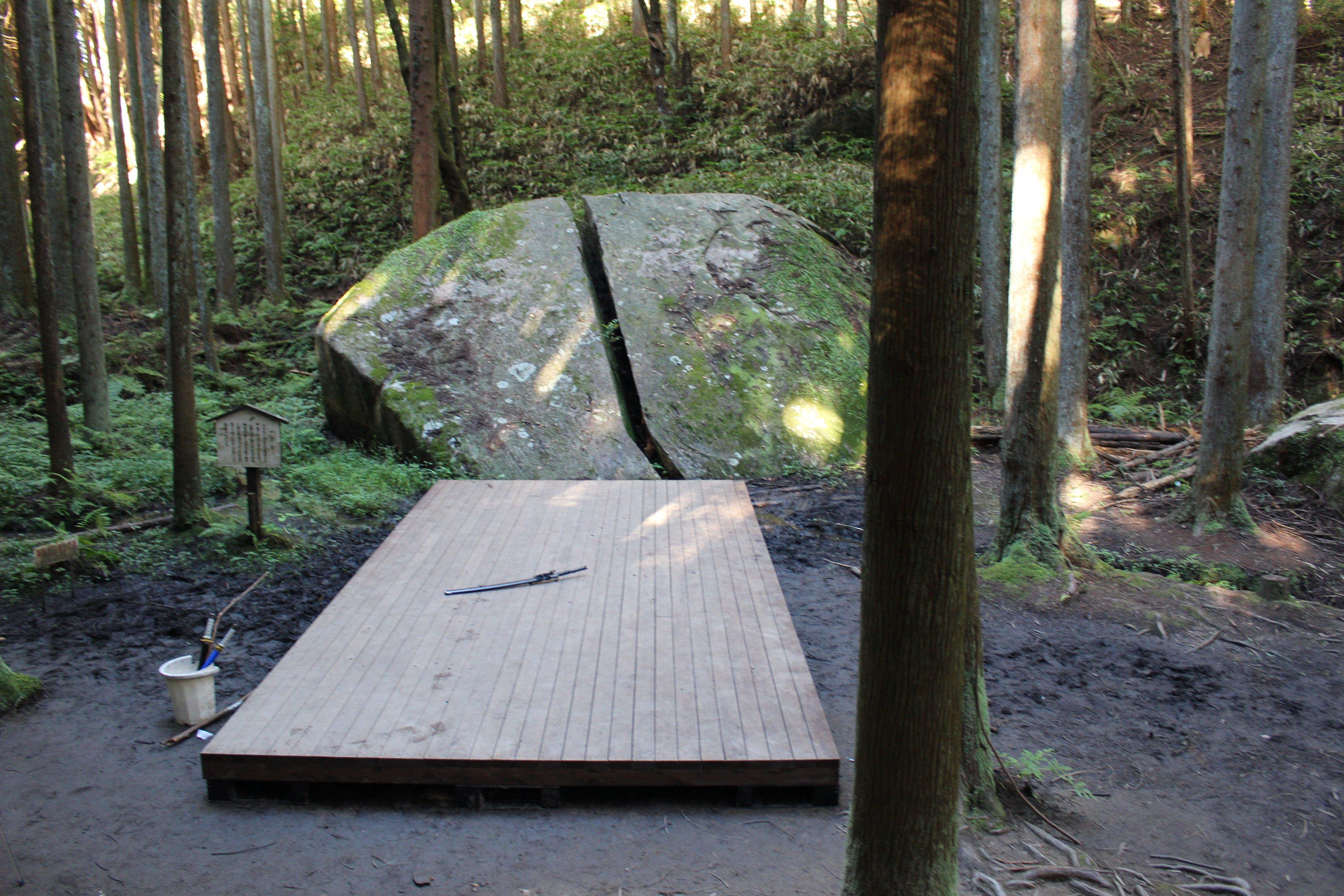 天之石立(あまのいしたて)神社・一刀石