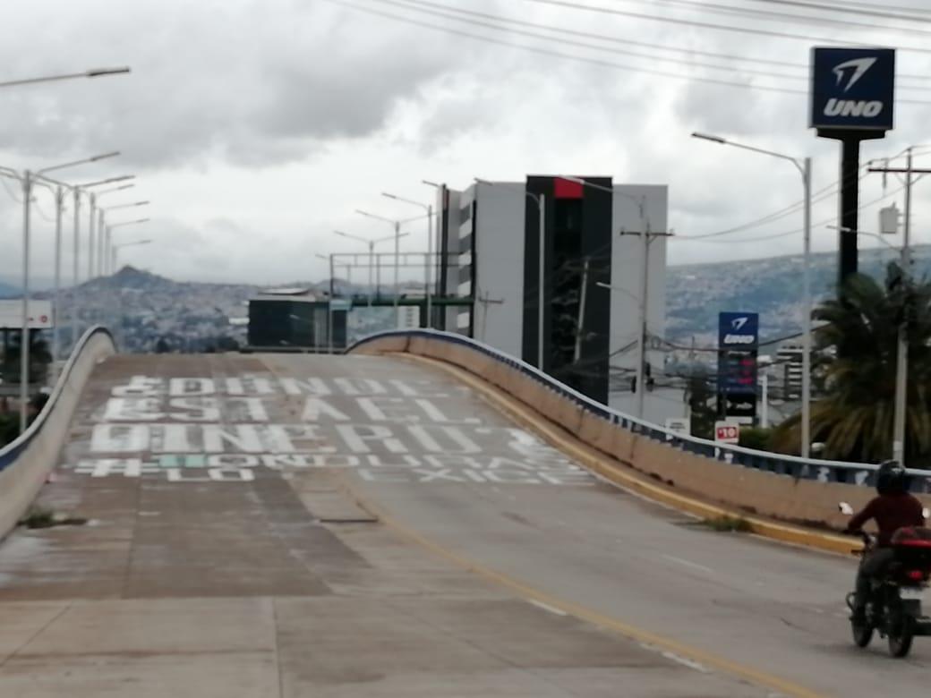 #AméricaNoticias #Honduras  ¡Intento fallido! Así luce a esta hora de la tarde el rótulo con la pregunta ¿Dónde está el dinero?, luego de que miembros de la AMDC intentaron esta mañana de lunes nuevamente borrar el letrero. pic.twitter.com/SyfwDYtnoq