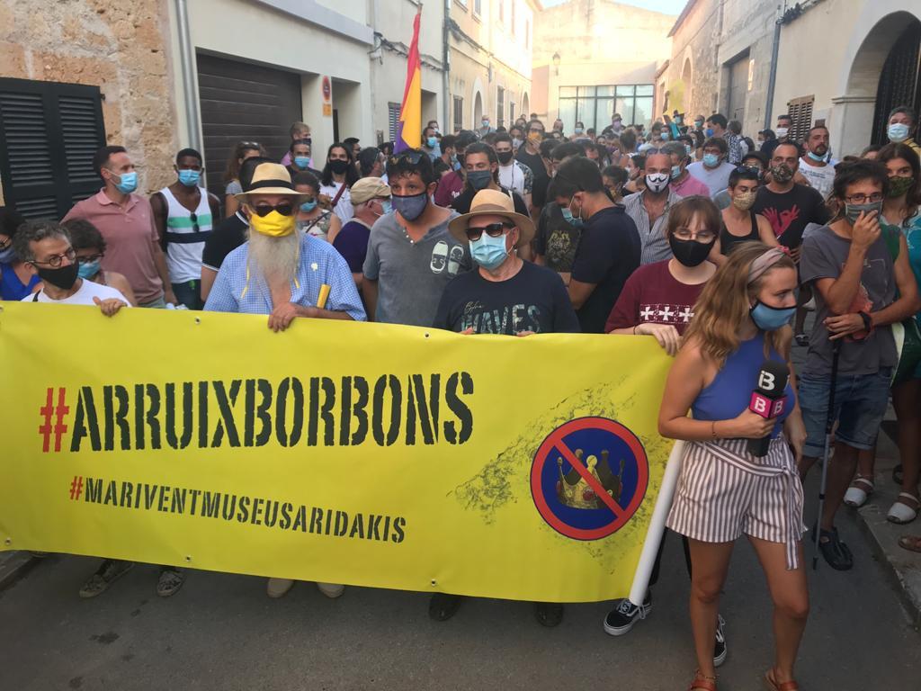 Així han rebut al municipi mallorquí de Petra als borbons aquest dilluns 10 dagost. Amb una pancarta amb el lema #ArruixBorbons (Fora Borbons). El proper desnonament serà a Marivent! #BorbonesLadrones #República 📷 Foto de @eimallorca