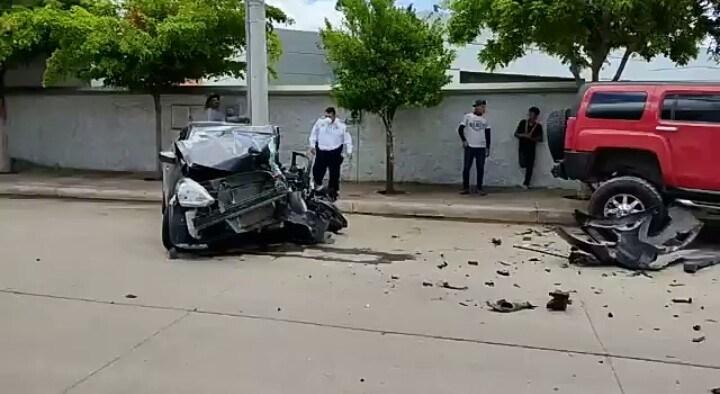 Impactante choque ocurrió en colonia Magisterio en Guamuchil. http://dlvr.it/RdNLnj #Guamuchil #Sinaloa #Choquepic.twitter.com/kdXN4GwhRV