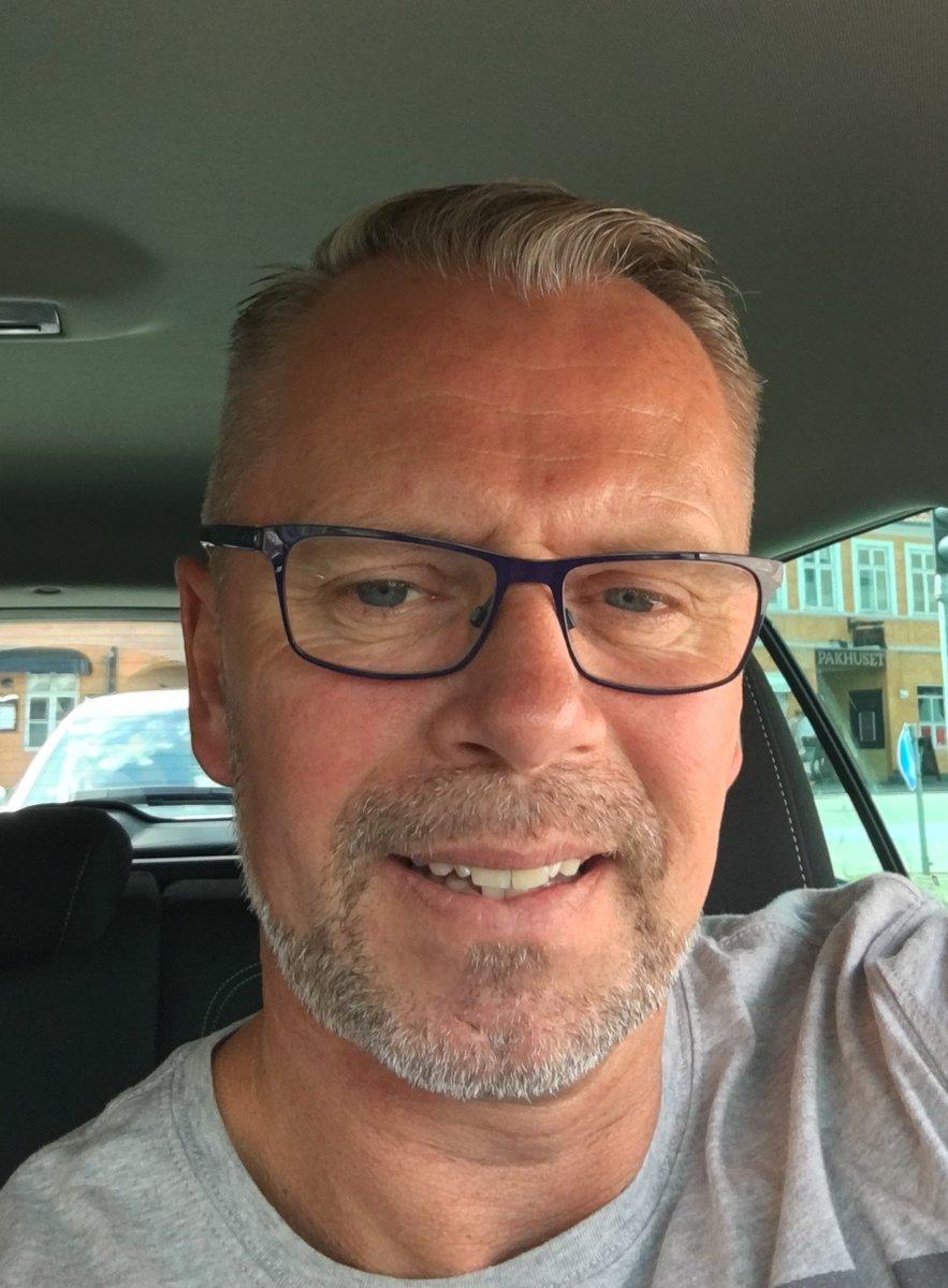 Efterlysning af Søren. Kørt fra sit hjem i Nordjylland lørdag kl. 1430. Søren forlod bopælen i nedtrygtsindstilstand i tysk bil BSCR9953, blå Audi A4. Er 198 cm høj, atletisk af bygning, tatovering på højre overarm. Bilen set søndag kl. 2033 ved Køge. Ved du noget så ring 114. https://t.co/3dA7fls2fg