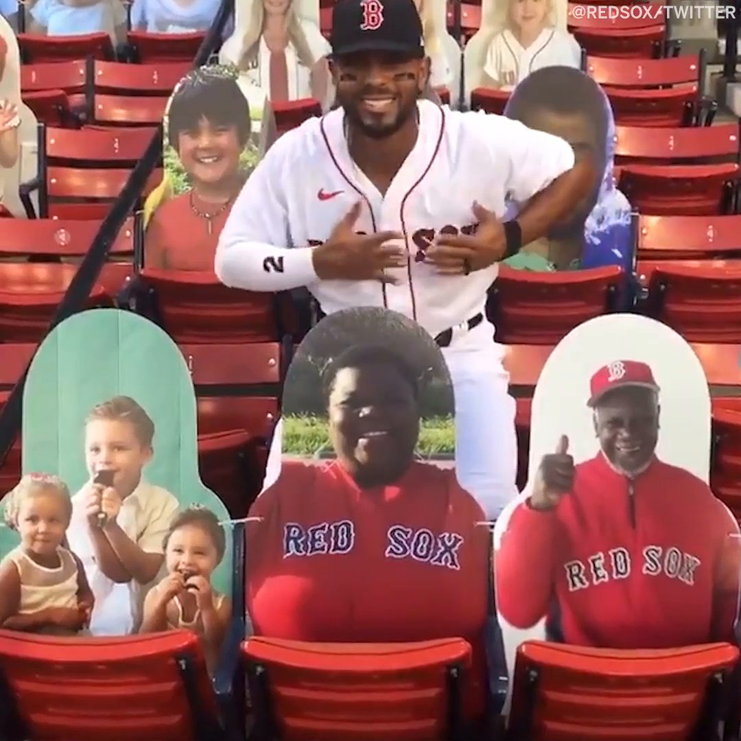 Pre-game pics with the (cardboard) family ❤️ 📸   (via @RedSox) https://t.co/FNgtGhC5uQ