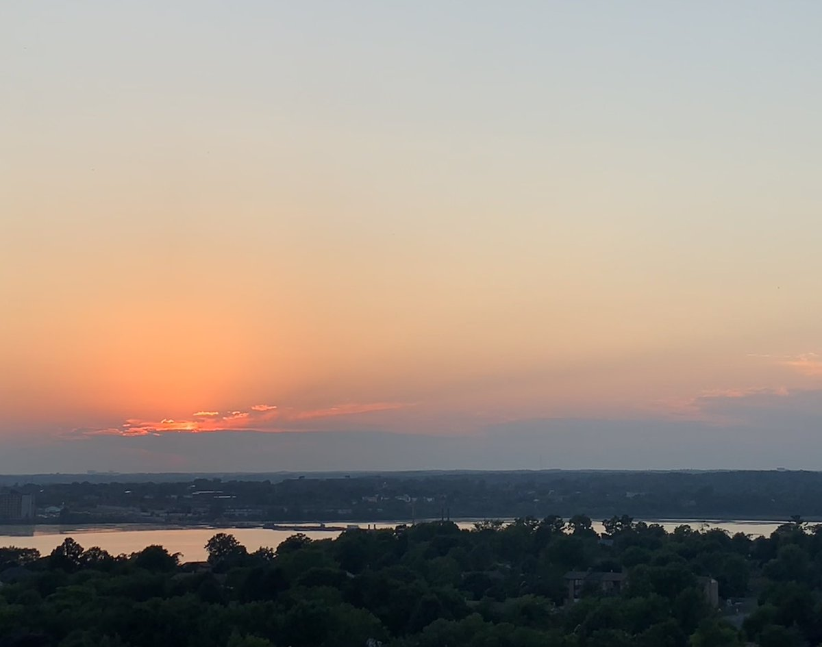 Sundown you better take care ... g'night #YGK #Kingston catch you before it's bright, yes that early, Tuesday morning @country935fmpic.twitter.com/aFyvyc0MJX