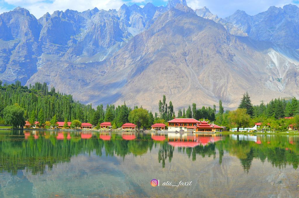 فَبِأَيِّ آلَاء رَبِّكُمَا تُكَذِّبَانِ Mesmerising view of Shangrila,  Skardu Gilgit Baltistan 🌲 #shangrila  #skardu  #GilgitBaltistan  #viewsofpakistan  #travelphotography  #travelgram https://t.co/Er6gzFCZcV