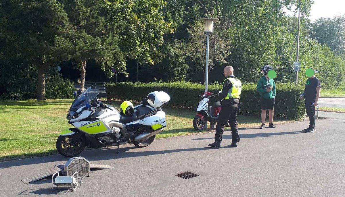 Skolevejskontrol på Campus Tønder. Det gav fire ulovlige knallerter. Den ene blev konfiskeret. #politidk #færdsel https://t.co/uLO7F60VFu