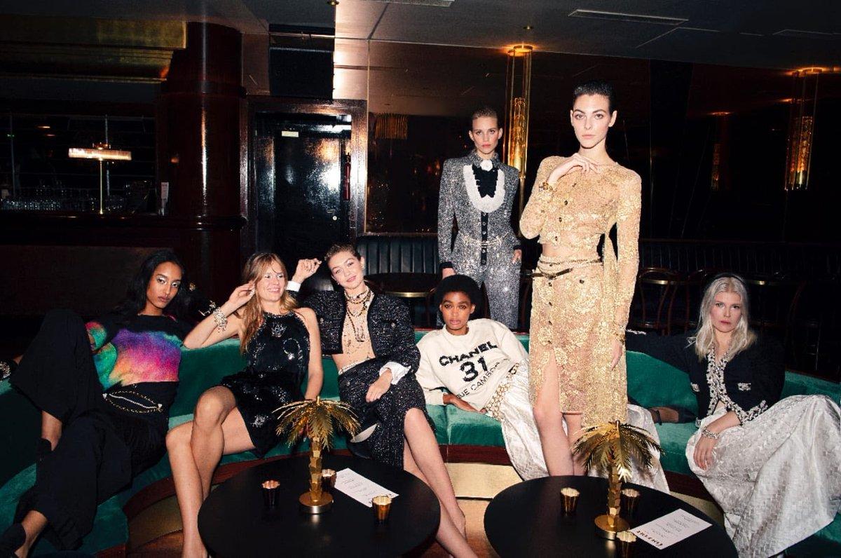 Campagne pour la collection #CHANELMétiersdArt 2019/20 Paris – 31 rue Cambon, imaginée par #VirignieViard et photographiée par Melodie Mcdaniel. Actuellement en boutique #CHANEL. 👉 https://t.co/D1Kctf3DPO L'héritage de Coco Chanel #espritdegabrielle https://t.co/8DPVM47u8G
