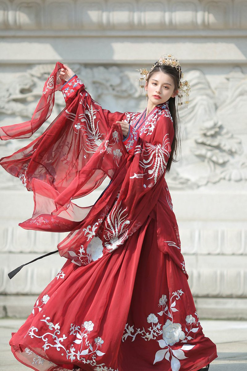 #Hanfu, the traditional clothing of the Han ethnic group, is in vogue among Chinese young people. Do you like this fashion trend? http://bit.ly/3iz1TABpic.twitter.com/aLdHt7YBa6