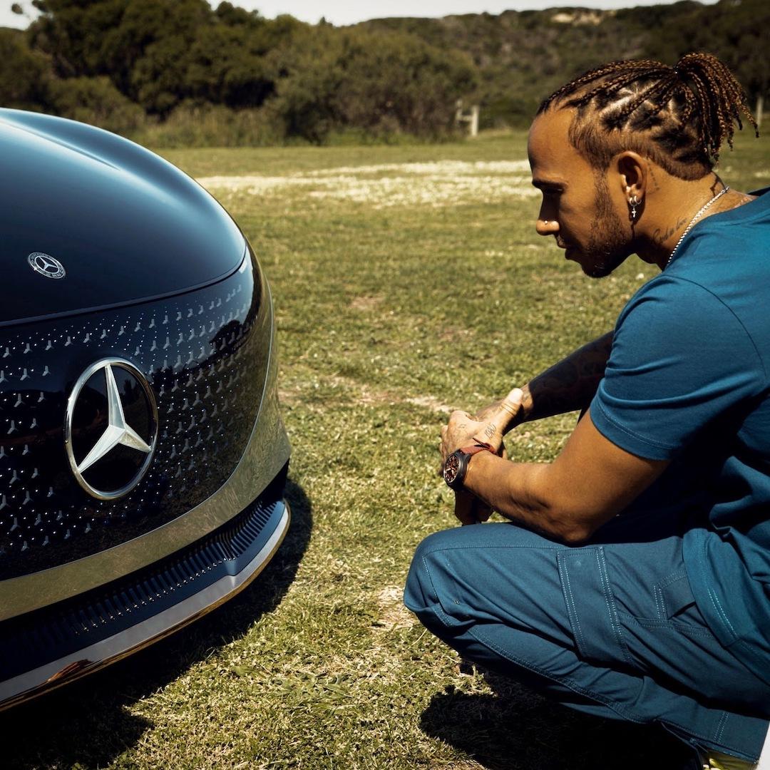 Il sei volte campione del mondo @LewisHamilton studia ogni dettaglio dell'innovativa Vision EQS.  https://t.co/yWUPOJSodN #EQS #VisionEQS #MercedesBenz #SwitchToEQ #LewisHamilton #LH44 https://t.co/EmqLtYFPTK