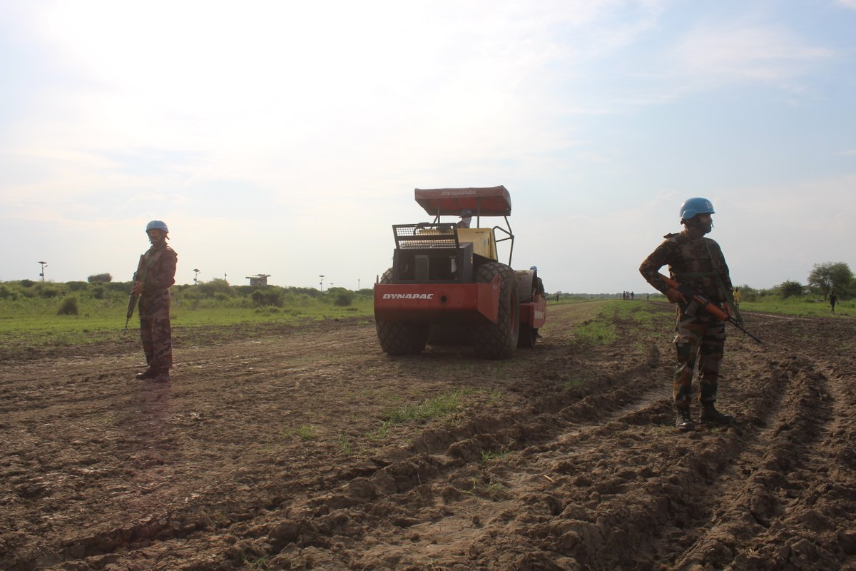 Helping our #PartnersForPeace is an #UNMISS priority, despite #COVID19 +rain causing floods, displacement & halting road travel in many areas. Our #peacekeepers fr/ India 🇮🇳 therefore repaired 400 mts of airstrip in Pibor ensuring delivery of humanitarian aid 4 communities. #A4P https://t.co/t9U8VsouxY