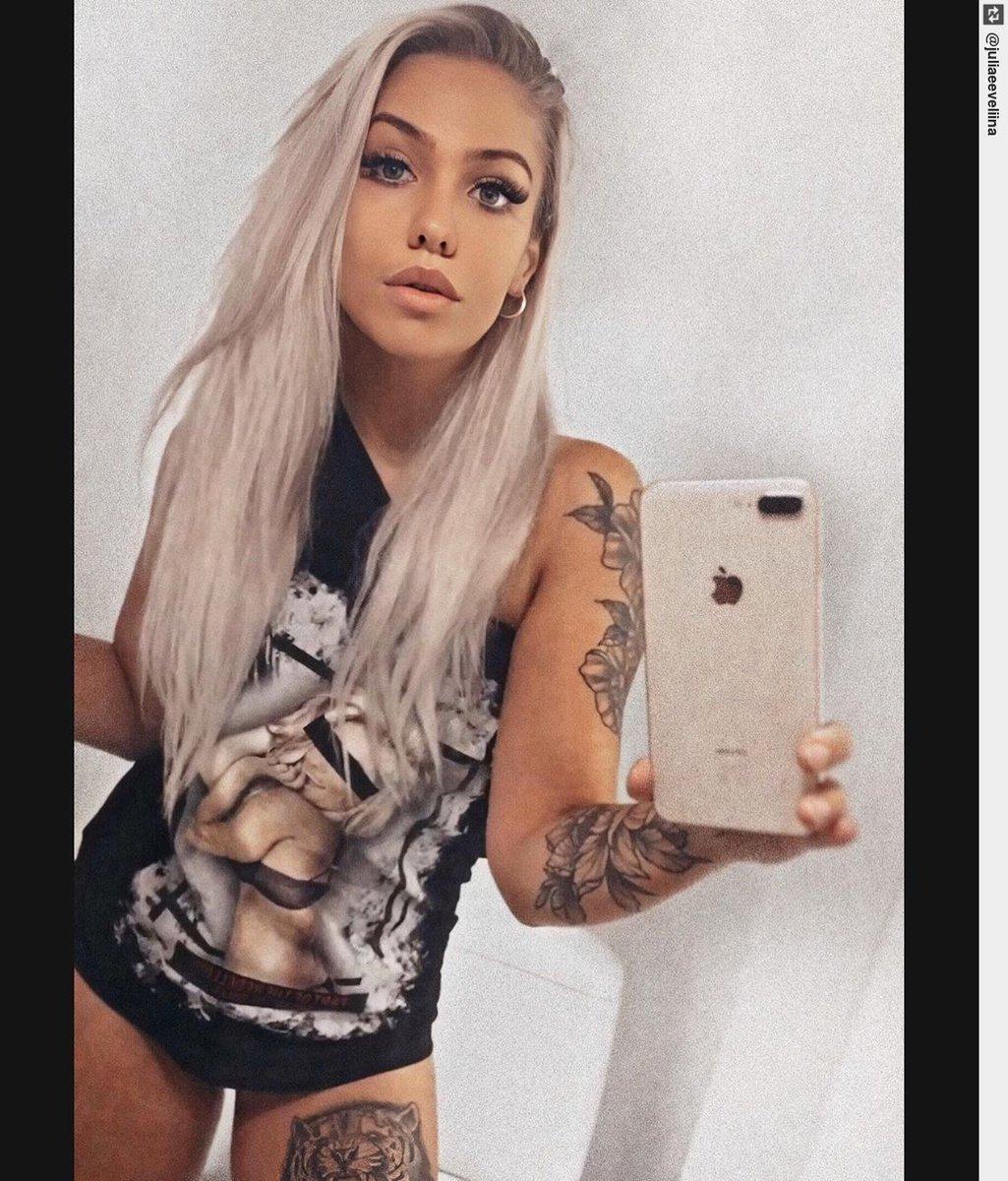 Me and my super messy hair. #monday #newweek #messyhair #tattoogirl #tattoo #tattooart #tattoos #tattoodesignpic.twitter.com/jFYPyZSGv1