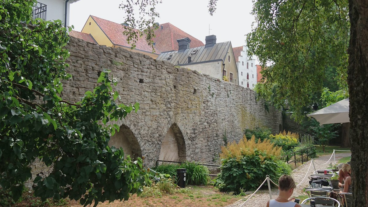 The medieval wall of Visby on Gotland.#Sweden pic.twitter.com/qMBNO3KaXu