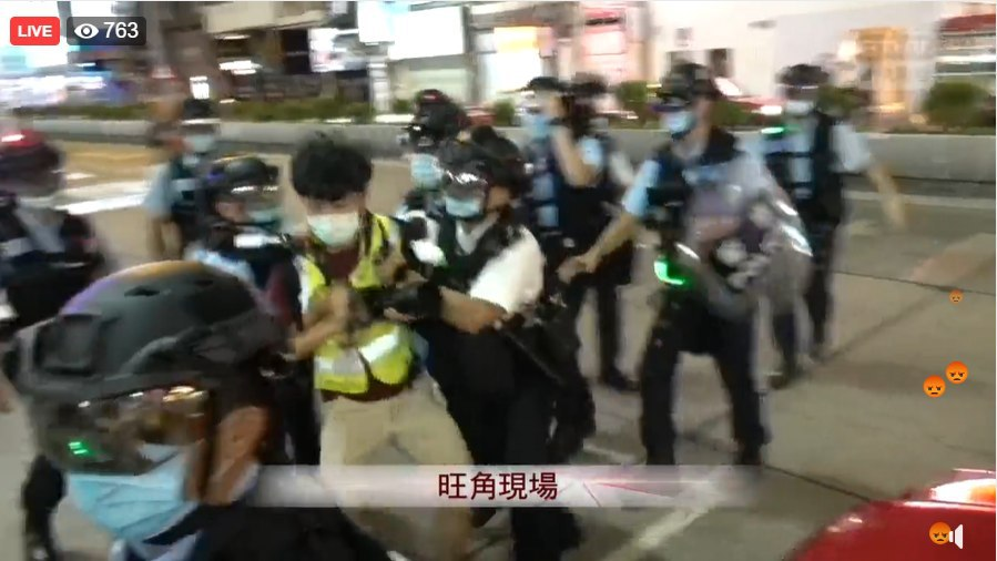 2020.08.11  Police grabbing a journalist violently all of a sudden.  Police said any journalists they believe not sincerely reporting news would be fined for violating gathering ban.  #DefendPressFreedom #HongKong #HongKongProtestspic.twitter.com/YZGWwjr6gl