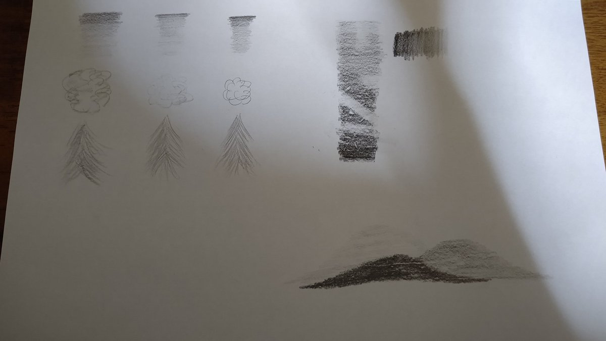 初心者デッサン15日目。 今日から「立体的な絵を描こう」  最初は「バリュー」なるものについて学ぶ。色価とも言うそうで、言うなればグラデーションの濃さみたいな。 バリューの違いだけで山の遠近感が出せますよと。  そして透視図法。1点透視と2点透視。 だいぶ良いのでは!? #デッサン #初心者pic.twitter.com/EwbArWZ5Df