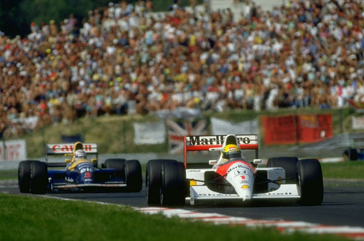 #NesteDia Em 1991, @ayrtonsenna segurou @nigelmansell, liderou todas as voltas e venceu o GP da Hungria.  Com o resultado, o brasileiro reagiu no campeonato e abriu a vantagem para 12 pontos contra o rival. #F1noGP    📷 Divulgação https://t.co/eDw6gJpSSY