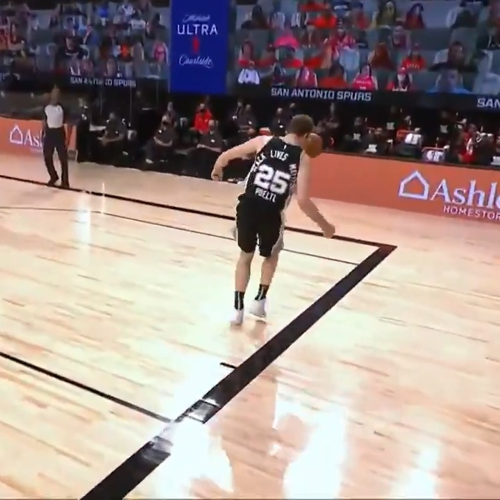 Poeltl with the heads-up denial and save!  #WholeNewGame on @NBATV https://t.co/pJADPX03Pj