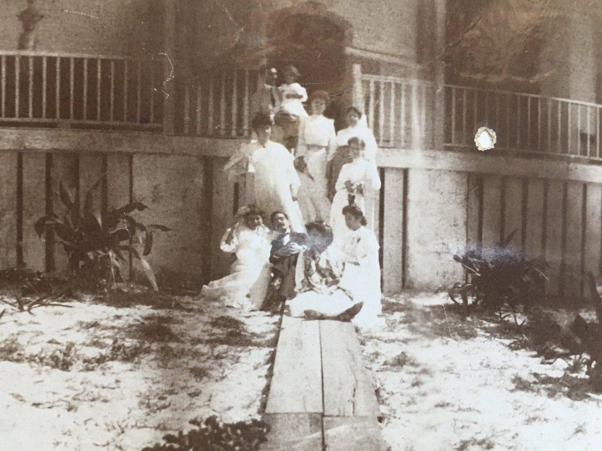 #Arechabala, con el crecimiento de sus negocios en #Cárdenas, fue de las primeras que se unió con entusiasmo al asueto en #Varadero, y acudían a ver las regatas y a disfrutar de una de las mejores playas del mundo. imagen de antes de 1910, con varios Arechabala en Varadero pic.twitter.com/8DwXNBtG71