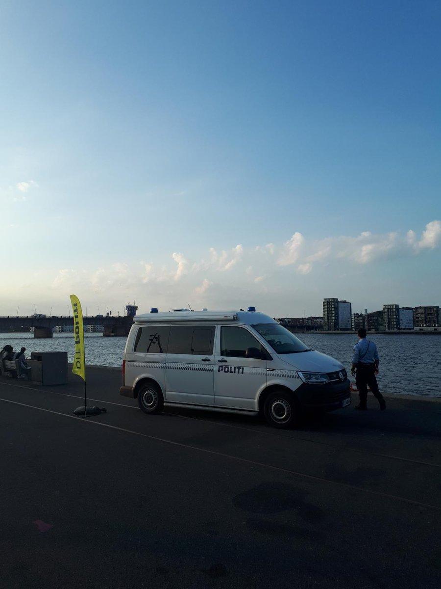 Solnedgang på havnefronten i Aalborg. Der var god afstand mellem folk i dag👍 Vi holder fortsat øje og opfordrer til, at vi står #sammenomatholdeafstand #covid19dk #politidk https://t.co/fjgq7t1t2L