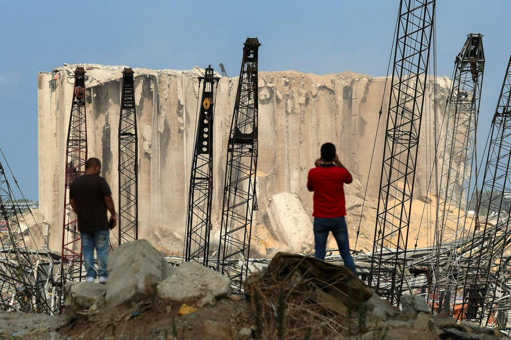 Stranded Lebanese desperate to rebuild after blast https://t.co/dVXhFAlg7z https://t.co/z6CYbfTMAg