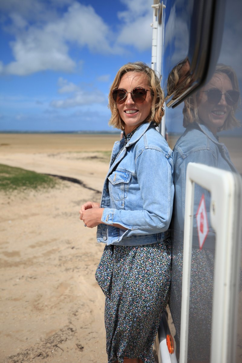 Fáilte Ireland and @RTEOne have joined forces on a new TV show 'No Place Like Home'. Hosted by @gokathrynthomas the second episode airs this Sunday at 6.30pm as she continues her journey though #Waterford ending in historical East Cork  👉 https://t.co/w3xsO3DaLE #TourismTogether https://t.co/BFluBQyb7G