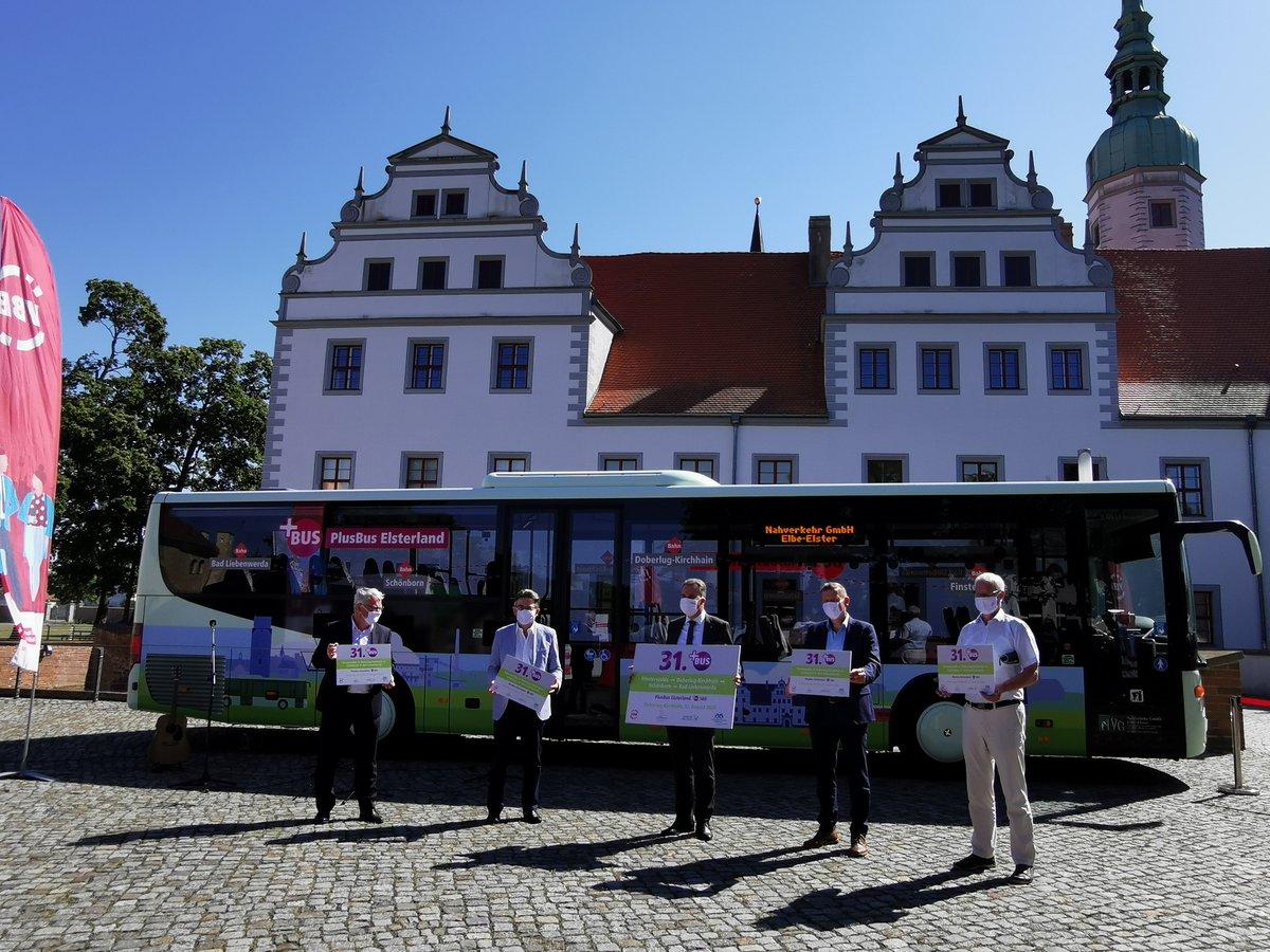 Wieder einer mehr im #VBB-Land - Nr. 31! Am Schloss Doberlug wurde heute der #PlusBus Elsterland eingeführt. Linie 560 fährt: Finsterwalde – Doberlug-Kirchhain-Bad Liebenwerda: regelmäßiger Stundentakt, Wochenendverkehr und zeitnaher Anschluss zur Bahn https://t.co/Bs1SxmiZJd /jr https://t.co/9Gm35AIVZ1