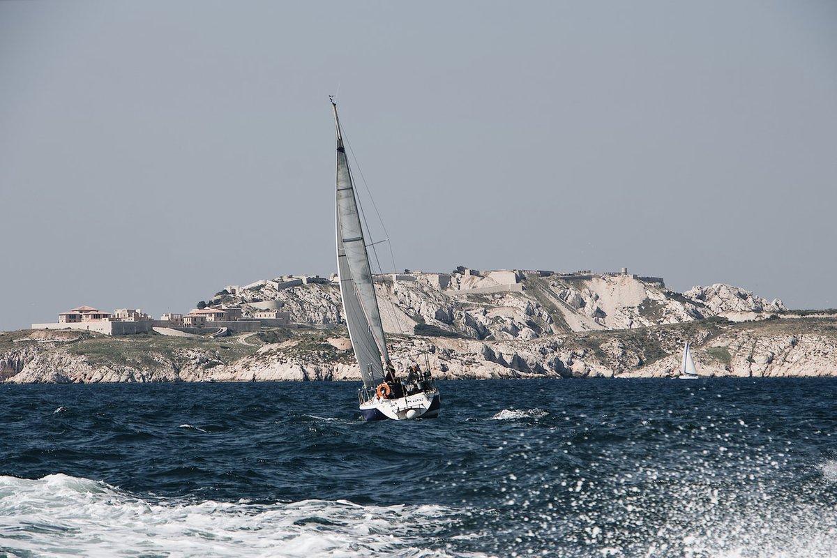 La photo du jour : tirer des bords à #Marseille, un art de vivre   Pour vous évader en mer depuis la cité phocéenne 👉 https://t.co/72iy4BOT3u  #sailing #bateau #voilier https://t.co/SKhzVt0WoE