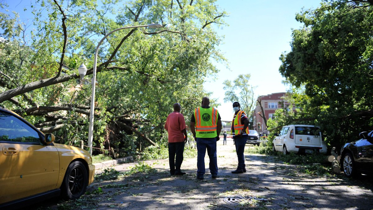 City crews are working around the clock to address damage from the recent storm—having already responded to 1,299 different locations for tree emergencies. For city services, please call 311 or report online at https://t.co/c4yb6GpbN6. https://t.co/OjE3VwUPLW