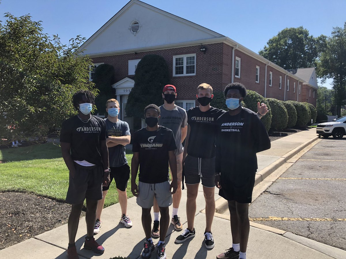 It's so good to see students on campus again! We're just here to serve 🙌😷#MoveInDay https://t.co/bCTm5bRijR