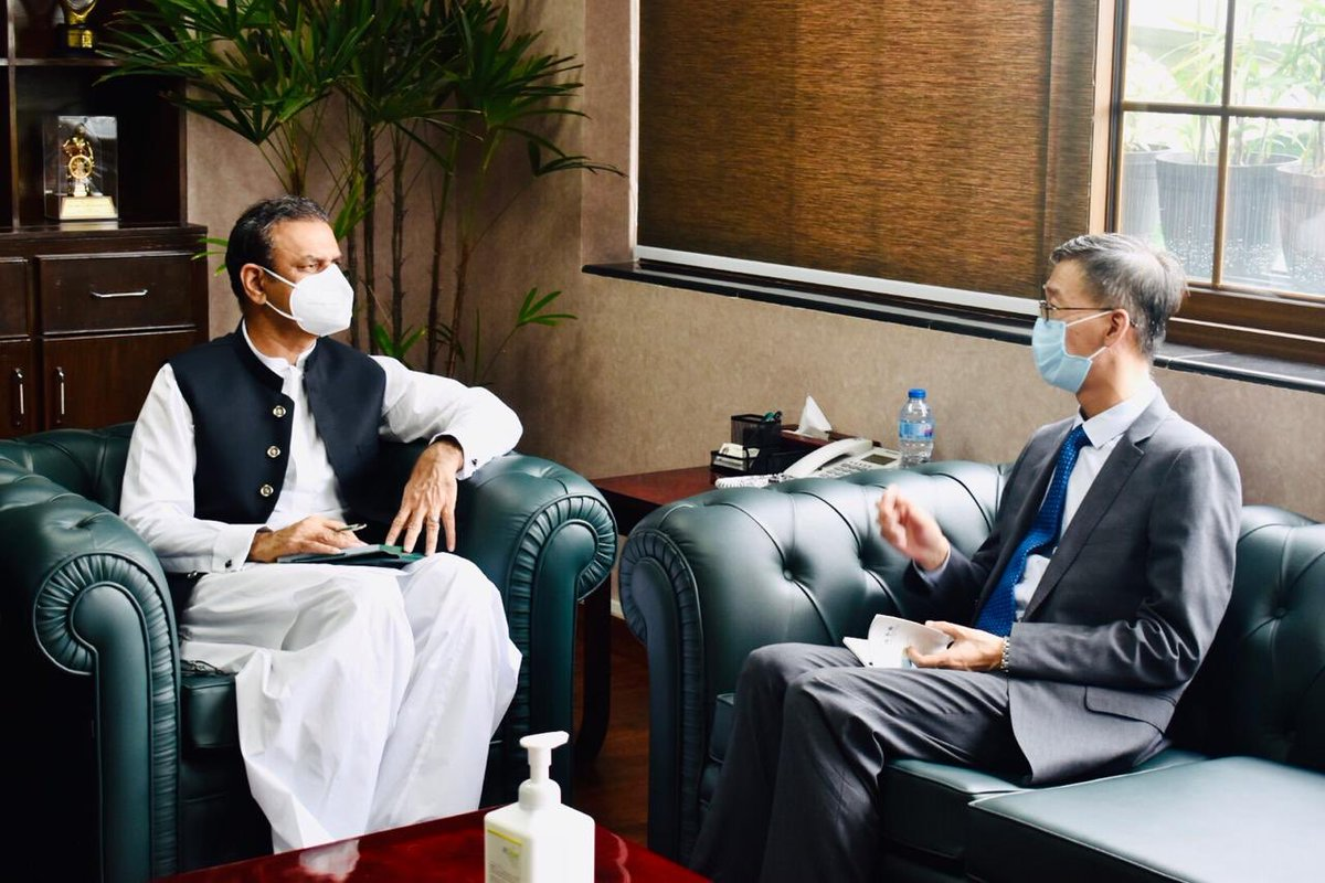HE Yao Jing,the Chinese Ambassador visited CPEC Authority& conveyed his Govt's pleasure on ECNEC approval of ML-1. Seperarely Mr. Sun Yangjun DG China Railway Gp visited&felicitated Pakistan on  ML-1 approval.Assured to use max Local labour&materials #cpec #cpecmakingprogress https://t.co/EXN3NPeri4