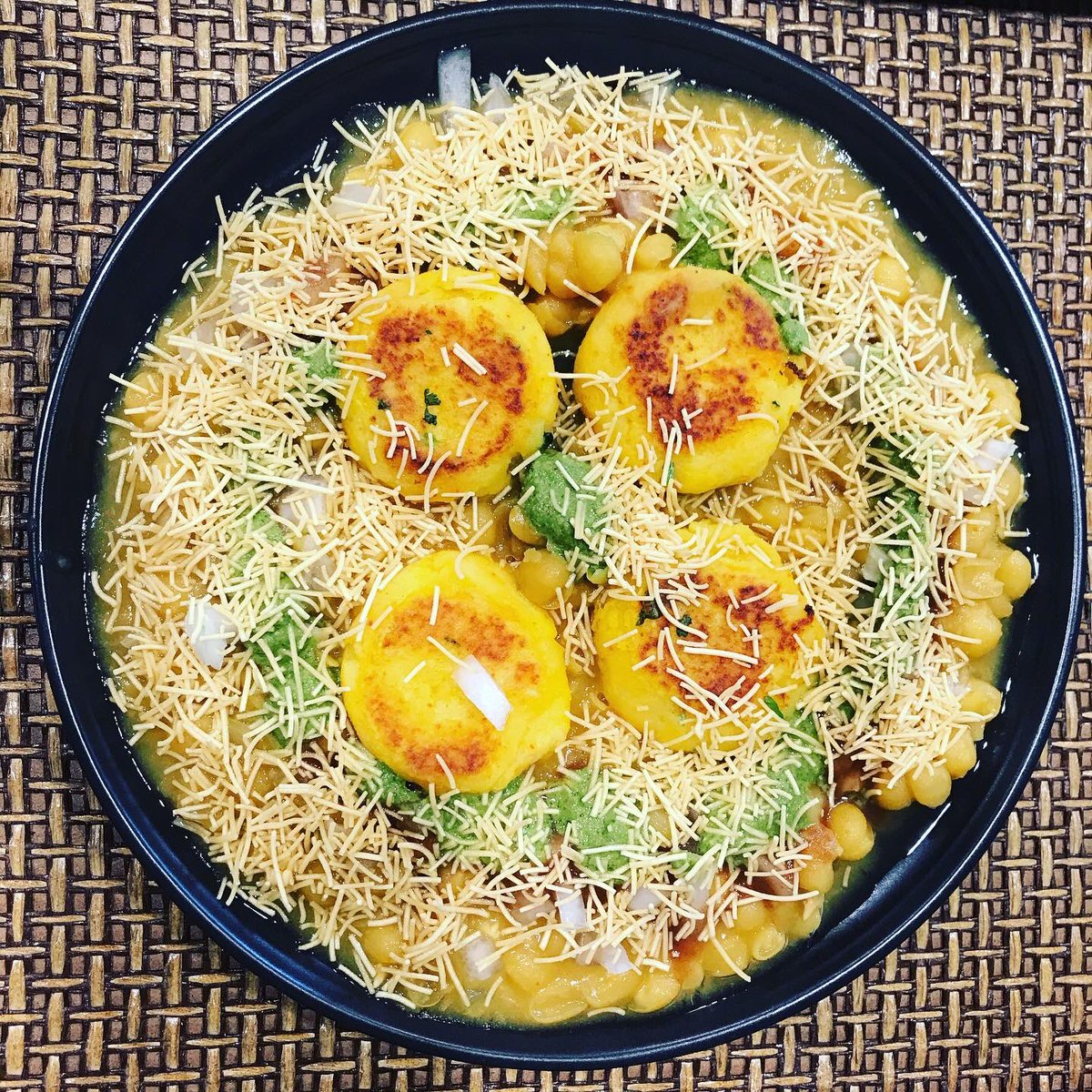 Most easy and yummy dish Ragda Pattice made of white peas, potato patty, green chutney, tamarind chutney, onion, sev and garnished with cilantro #foodie #homeMade #food #indianfood #indianfoodie #protein #pattice #LockdownLife #passion #foodfantasy #cooking #healthylifestyle https://t.co/eCzH5h3rJI