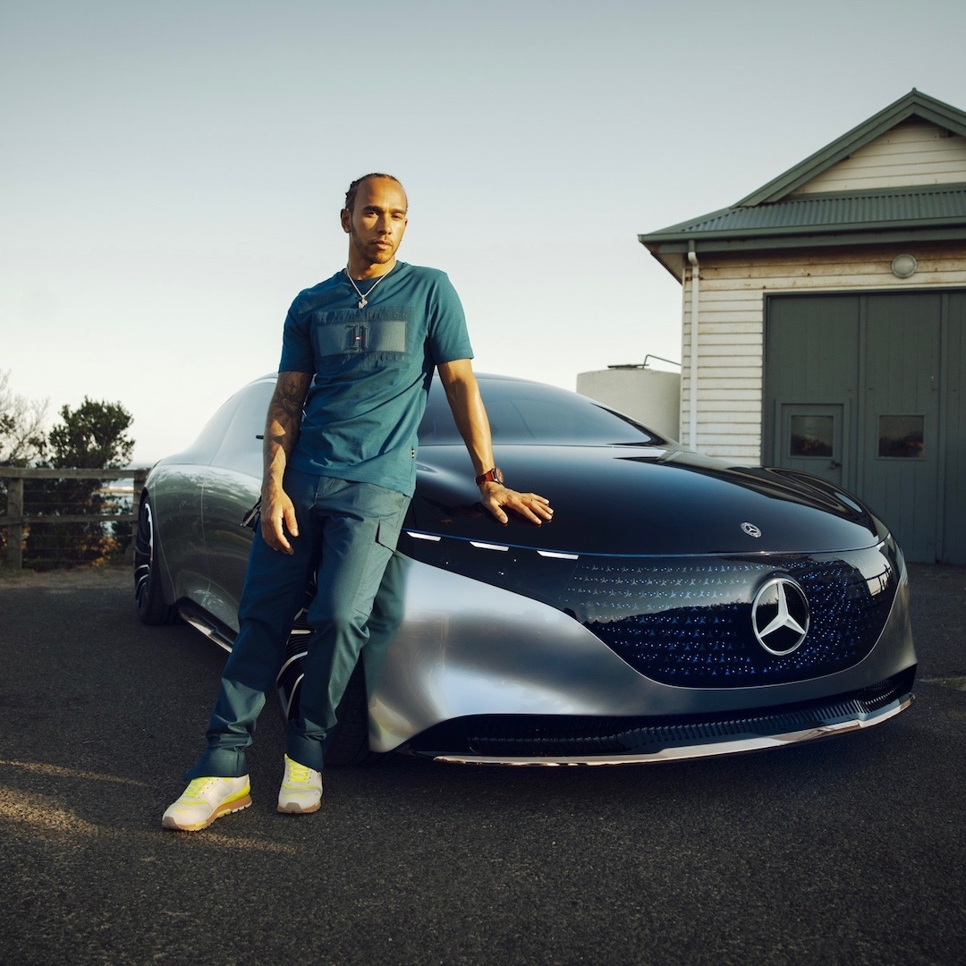 .@LewisHamilton schaut sich im Mercedes-Benz Vision EQS eine andere Art von Cockpit an.  #EQS #VisionEQS #MercedesBenz #LewisHamilton https://t.co/aTOpUKR8pO