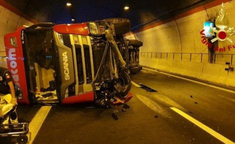 Incidente stradale sulla Siracusa-Catania, Tir si ribalta in galleria, due feriti (FOTO) - https://t.co/vaYMer3tBD #blogsicilianotizie