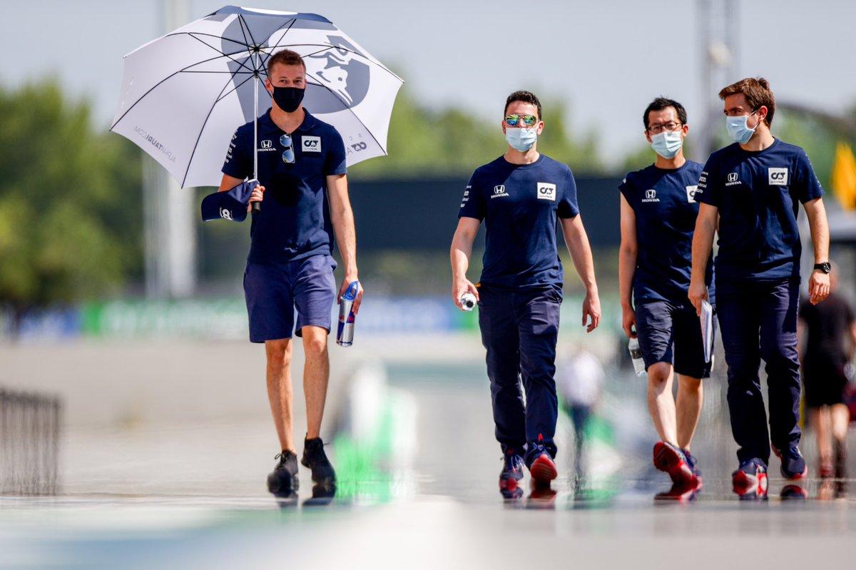 Sweltering trackwalk, but we survived 💪😅  #AlphaTauri #F1 #SpanishGP 🇪🇸 https://t.co/UvKwBDYLrU