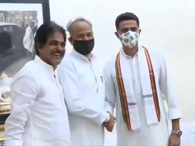 राजस्थान: कांग्रेस में सुलह के बाद गहलोत और पायलट साथ, मिलाए हाथ, बिखरी मुस्कुराहटें.. #Rajasthan