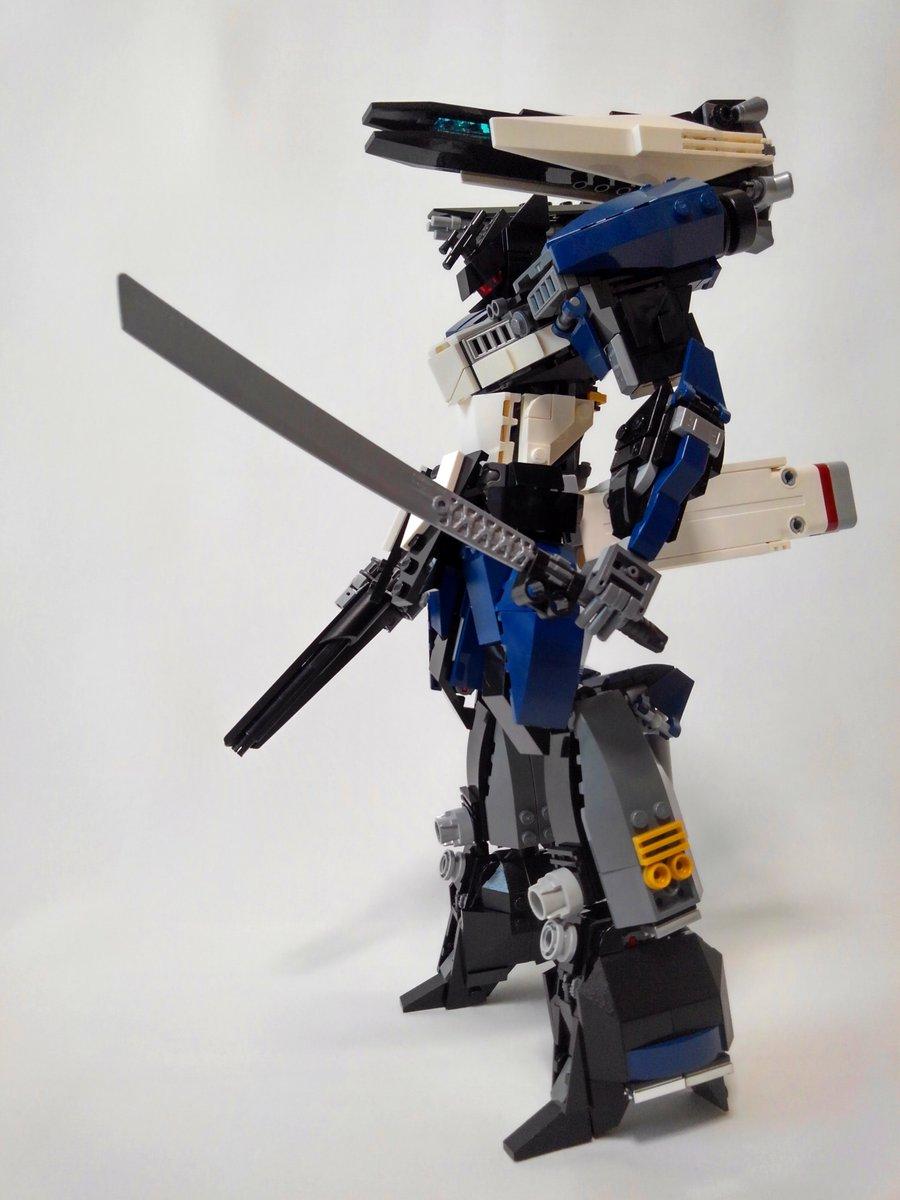 以下、設定などのこだわりポイント  - 右腕のライフルは繊細で最高にお気に入りのデザイン - レールガンは砲身交換が必須のためモジュール化することで高保守性を可能とした - ロボットが人型である理由には納得が必要で技術考証には時間をかけた https://t.co/0qThnSNcSy