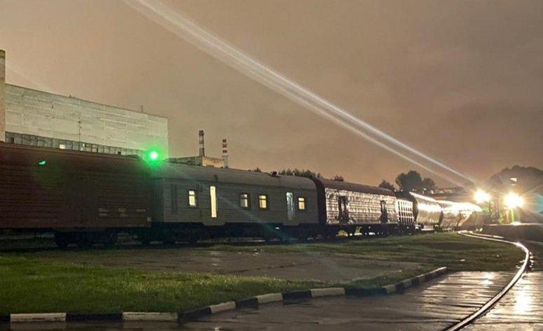 поезд с Ангарой-5, видны спецвагоны