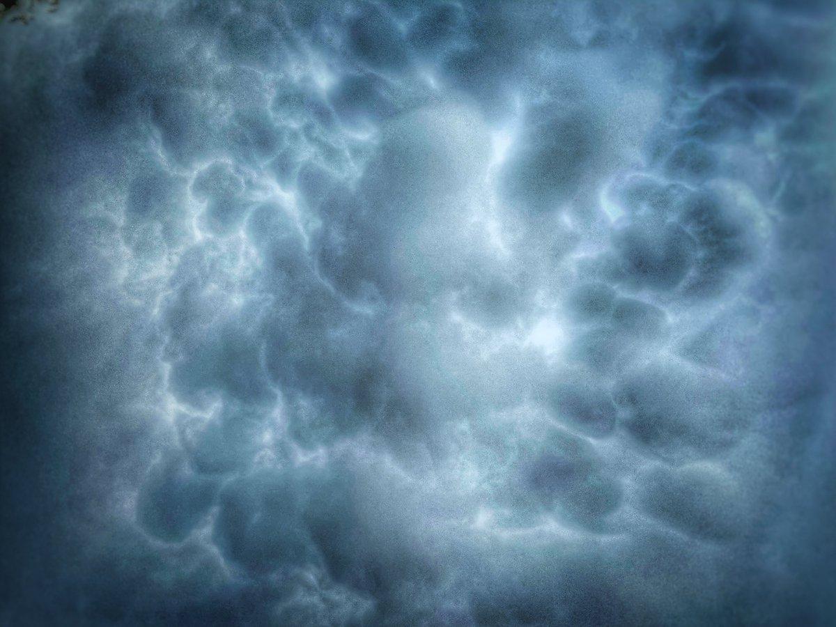 We zien nu boven #Hellevoetsluis wat #mammatus en horen een eerste zeer lange donder. Geeft alvast wel een cool beeld en de temperatuur zakt stukje bij beetje.  @EdAldus @weeronline @BuienRadarNL