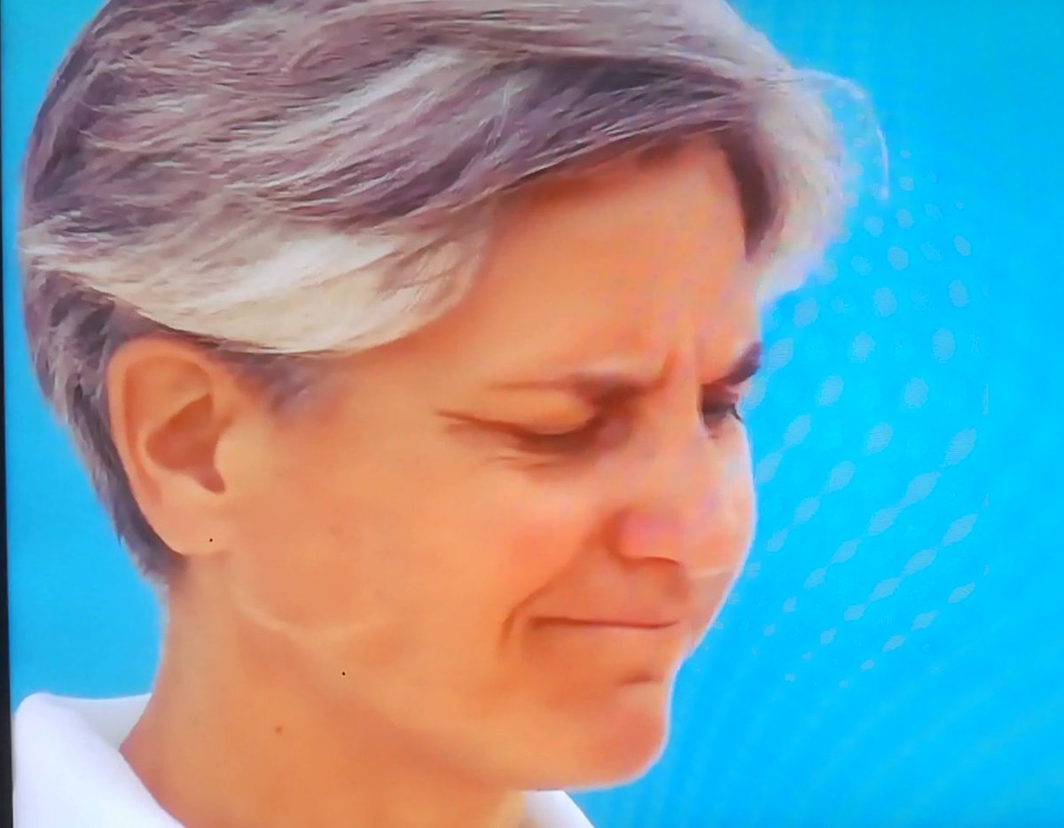 First match of the day but already finished for a sad retirement..... MC's face is exhaustive! 😳😞🎾💕 That's a pity @Rafalution19 https://t.co/qf54mTXPt5