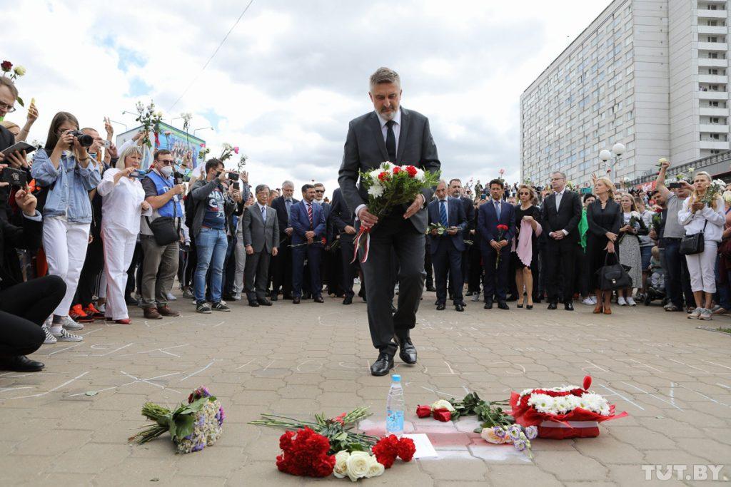Sigue el guión injerencista en #Bielorrusia: Este jueves 13 de agosto varios embajadores, entre los que se encontraban los de Alemania, Francia o EEUU, depositaron flores en #Minsk en apoyo a las protestas opositoras. ¿Tolerarían algo así en sus países de origen?